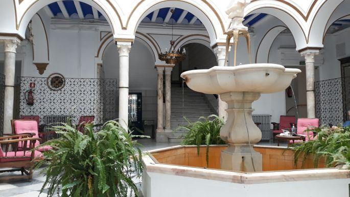 Andalúz körutazás, Sevilla, a Hotel Simón patiója, ahol a credenciált kiváltottuk az Ezüst úthoz