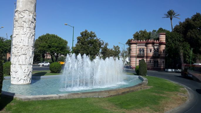 Andalúz körutazás, Sevilla, szökőkút a körforgalomban