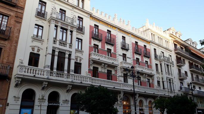 Andalúz körutazás, Sevilla, utcarészlet szép házakkal