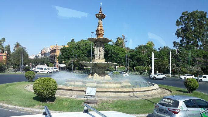 Andalúz körutazás, Sevilla, egy újabb körforgalom a Négy Évszak szökőkúttal