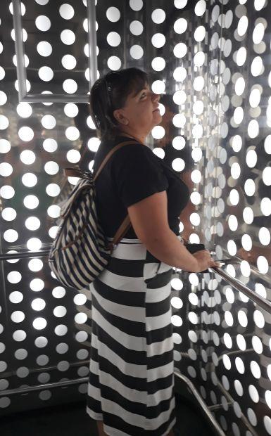 Andalúz körutazás, Sevilla, lifttel a Metropol Parasol kilátóba, Erika dizájnos öltözékben :-)
