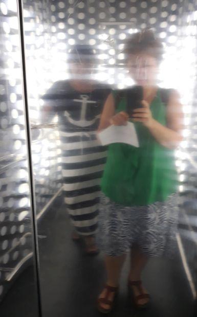 Andalúz körutazás, Sevilla, lifttel a Metropol Parasol kilátóba, Erika dizájnos öltözékben én pedig szorgoskodom :-)