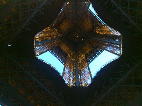 El Camino Parizs Eiffel torony alulrol.jpg