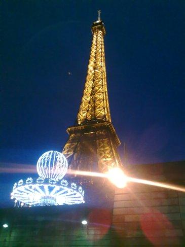 El Camino Parizs Eiffel torony kivilagitva.jpg