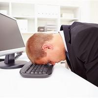 A főnök ellenőrzi az emaileket