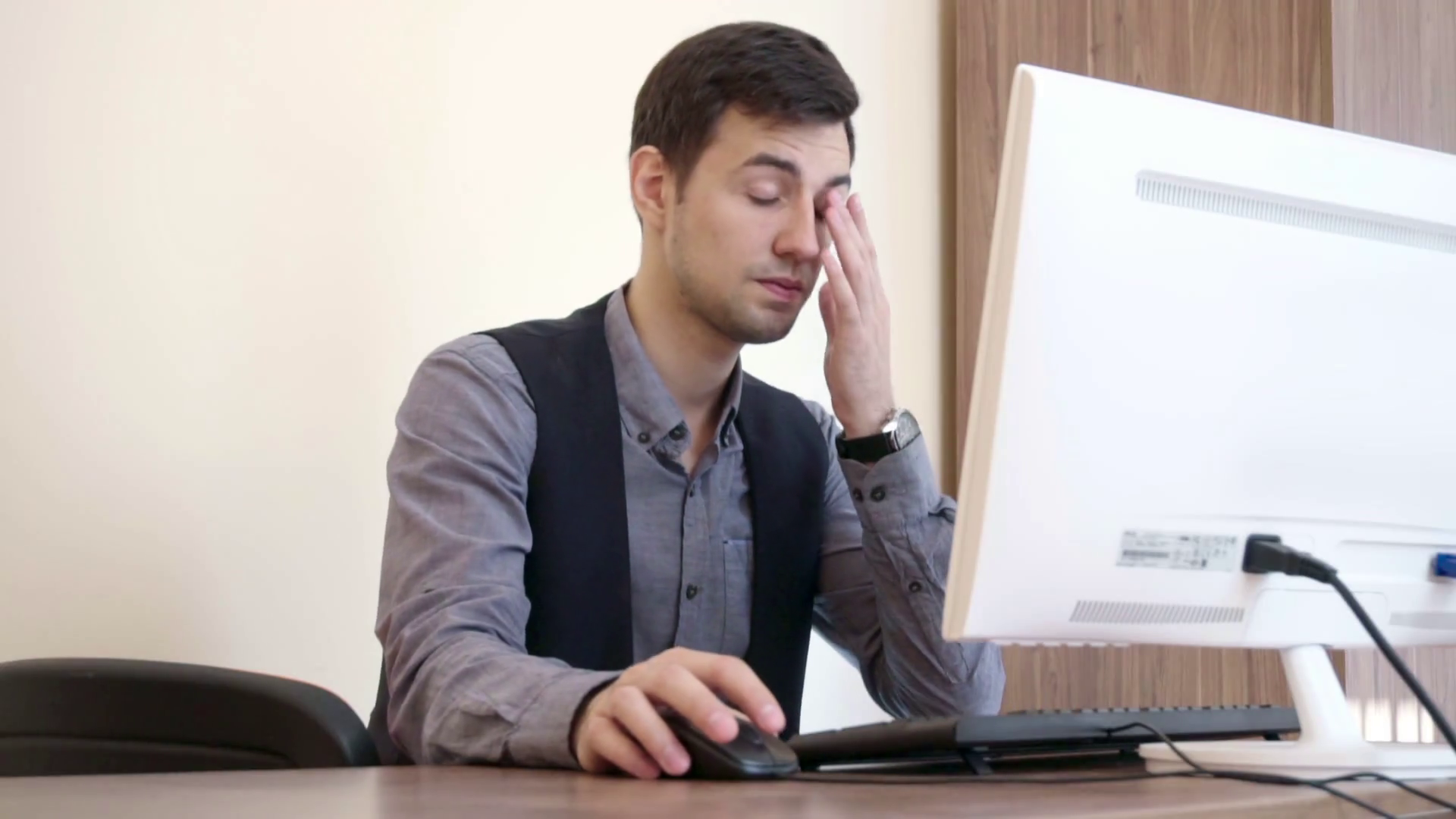 tired-man-working-at-the-computer-look-at-his-watch-and-leave_bqdpgx_c_thumbnail-full01.png
