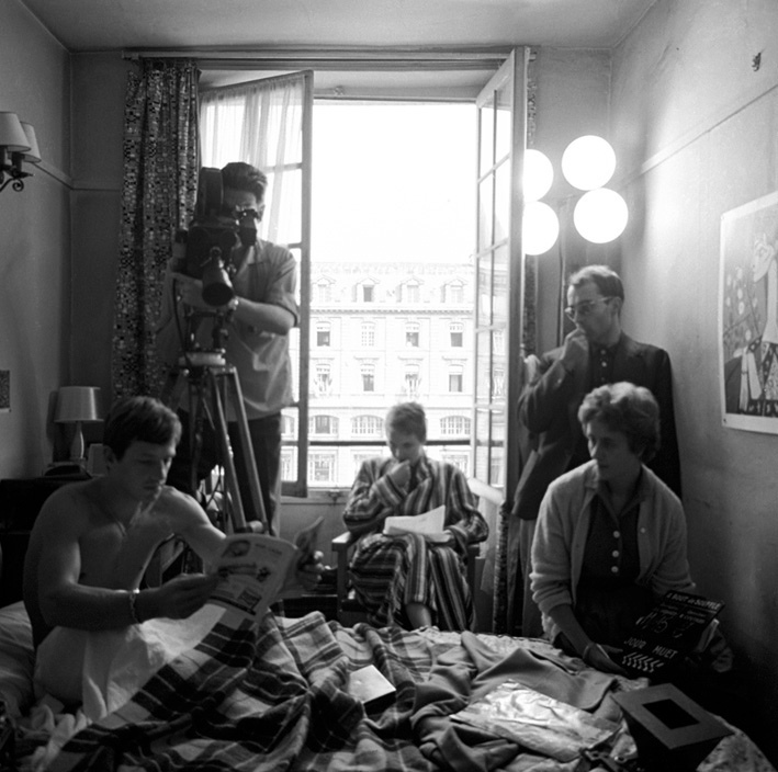 budgetrestriction3_breathless_1960_apartment_scene_behind_the_scene_that_shows_the_simple_shooting_due_to_budget_restrictions.png
