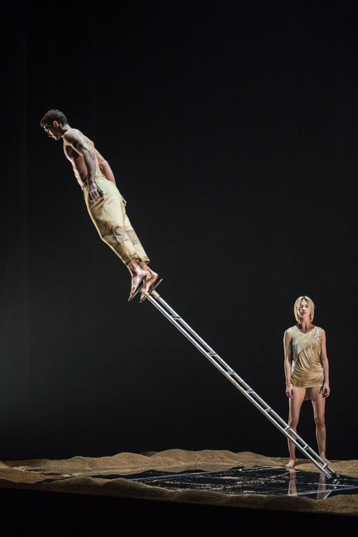 Az előadás a műfajok közti határokat lebontva egyszerre idézi a kortárs tánctársulatokra jellemző technikai tudást és látványt, valamint a kelet-európai artistaművészet lenyűgöző energiáit.<br />Fotó: Pályi Zsófia, CAFe Budapest