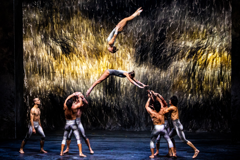 """A Vági Bence művészeti vezető rendezte Solus Amor a társulattal való több éves közös munka során megteremtett """"cirque danse"""" nyelvén megszólaló monumentális előadás korunk természet és csoda iránti vágyódásából meríti erejét.<br />Fotó: Hirling Bálint"""