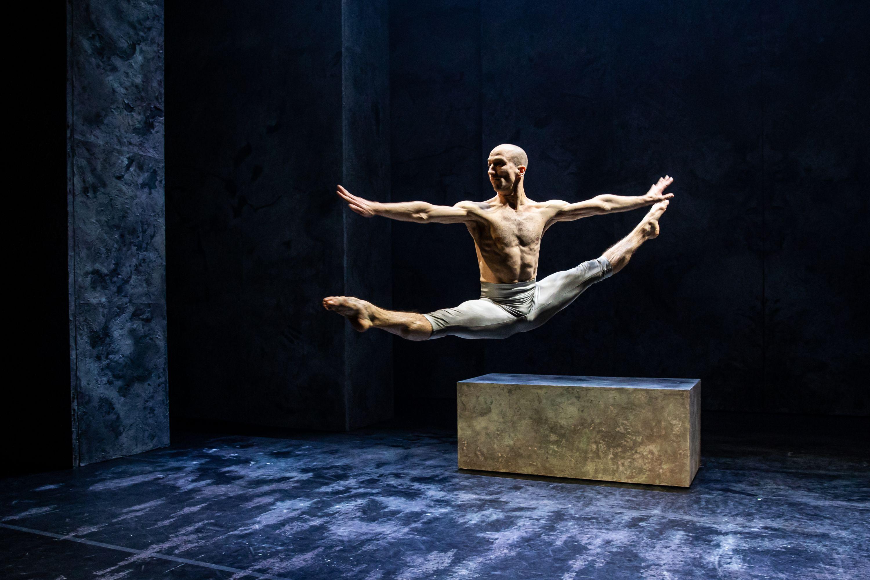 Az előadásban az újcirkusz, a klasszikus és a modern tánc egyesül.<br />Fotó: Hirling Bálint