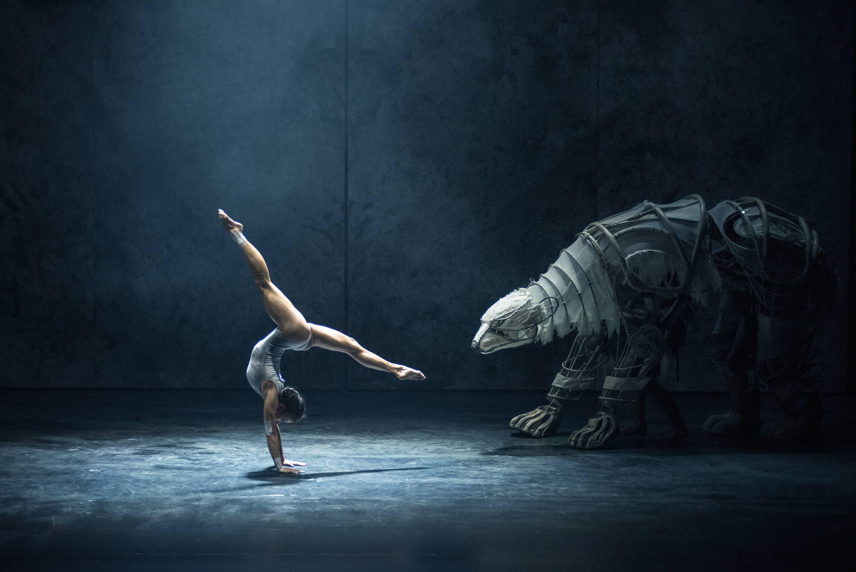 Vági Bence rendezésében az artisták és táncosok együtt mozognak a monumentális, élethű lénnyel.<br />Fotó: Réthey-Prikkel Tamás