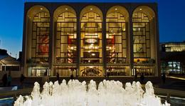 A-listás operasztárok, történelmi jelentőségű előadások és egy csipet New York