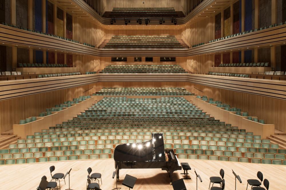Ezt látják a Bartók Béla Nemzeti Hangversenyterem fellépői mostanában: széksorok a színpad felől nézve