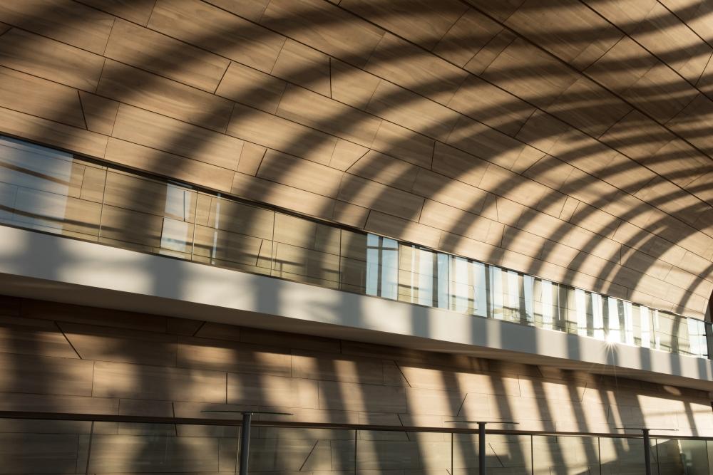 Hullámzó terek – így néz ki az emeleti faburkolat a beáradó napfényben