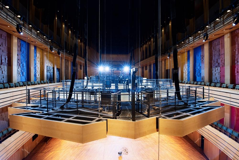 Látványos tudomány – így fest a nézők feje fölé függesztett 42 tonnás canopy, azaz hangvető, ami a világviszonylatban is kiemelkedő akusztikát segíti