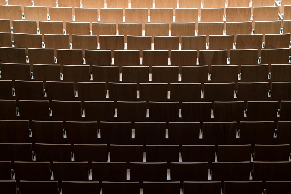 Minimalista sorminta – a Bartók Béla Nemzeti Hangversenyterem széksorai