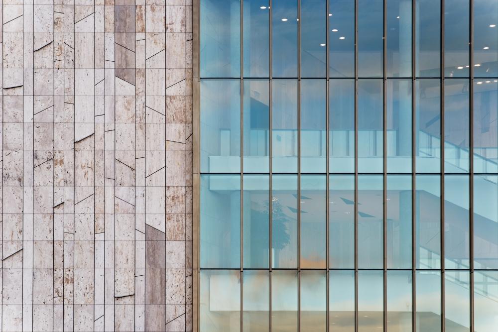 Üveg és kő szabályos-szabálytalan geometriája