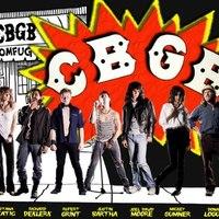 A Foo Fighters dobosa Iggy Popként, Harry Potter haverja punkgitárosként – itt a CBGB film posztere!