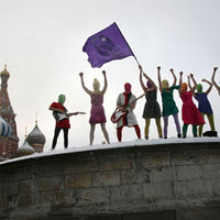 A Pussy Riot új videóval köszöni meg Madonna, Björk és a RHCP támogatását, és Putyin-képet éget
