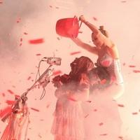 Miley Cyrus leönti Carrie-t egy vödörnyi vérrel – koncertfotó-galéria Halloween alkalmából!