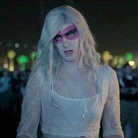Arcade Fire: We Exist (videoklip a női ruhába bújt Andrew Garfield szereplésével)