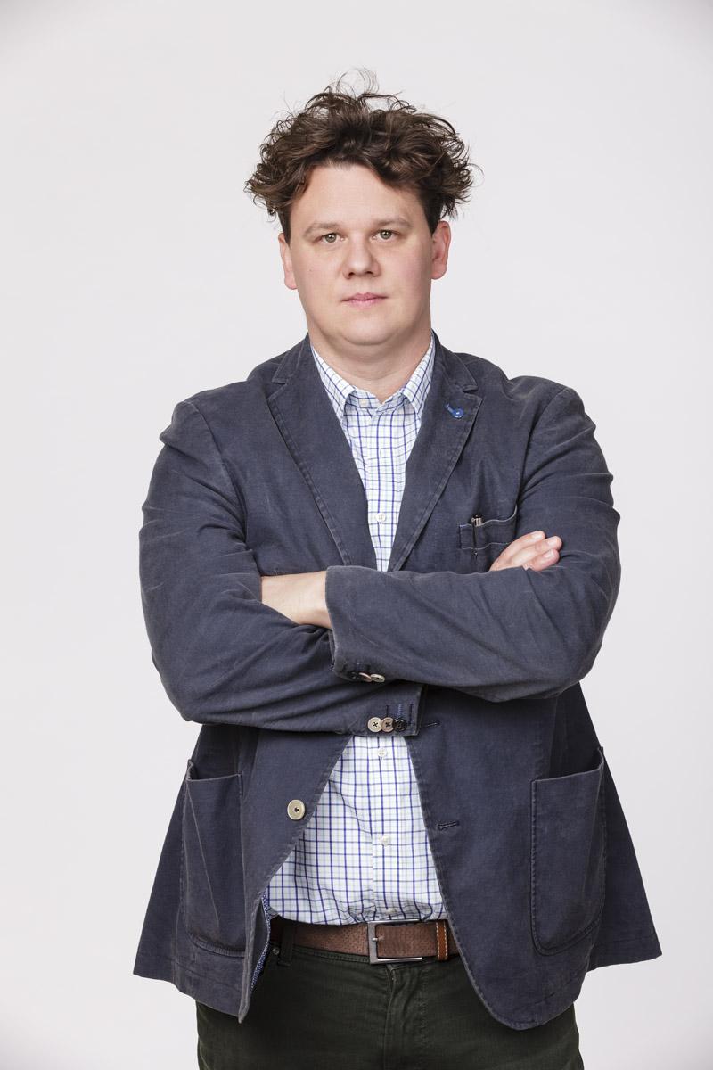 Ötvös András (Ritter): Komikus karakter, aki Szilárd bizalmasa nőügyekben. Rittert roppantul érdeklik Szilárd hódításai, mert neki nem nagyon megy a csajozás. Előszeretettel osztogat tanácsokat bármilyen kérdésben, ő az okoskodó tanár úr. Fotó és forrás: RTL Magyarország