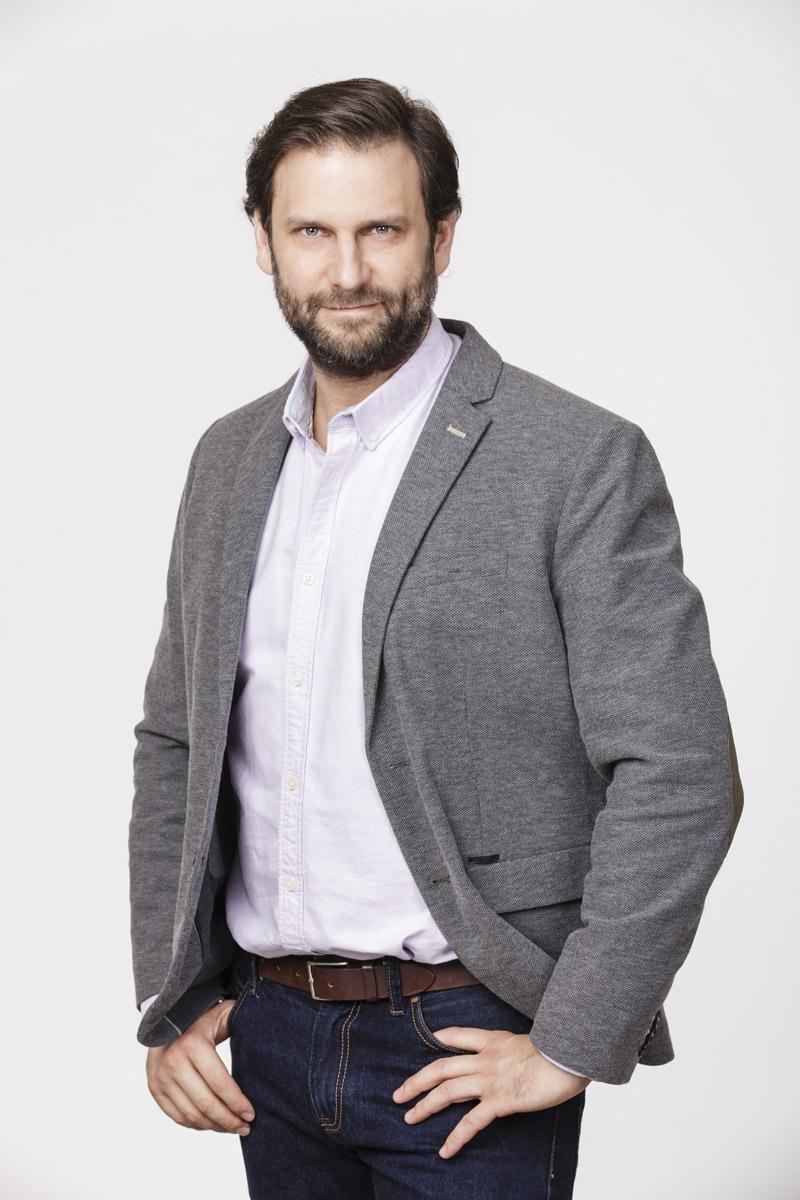 Simon Kornél (Dr. Nyelves Krisztián): Klaudia vőlegénye. Sármos orvos, motorral jár, tipikusan olyan vagány férfi, aki a nők álma. Valami mégis hiányzik a kapcsolatukból, ugyanis Klaudia unatkozik mellette. Fotó és forrás: RTL Magyarország