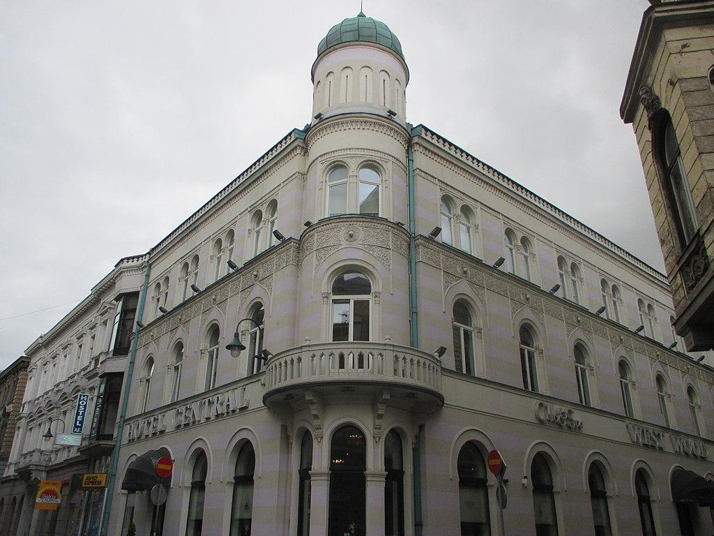 A szarajevói Hotel Central az egyik leggyönyörűbb pszeudo-mór stílusú épület, amit Vancaš 1889-ben tervezett. Az ostrom idején a pincéjében bábszínház működött gyerekek részére. Az épület  1992-ben leégett csakúgy, mint a Városháza, és csak tíz évvel később építették újjá. Ma már újra működő hotel.