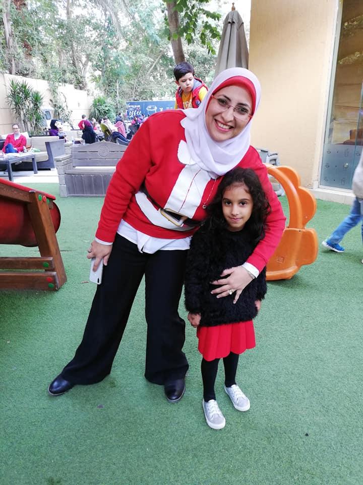 Muszlim néni Télapó-pulcsiban