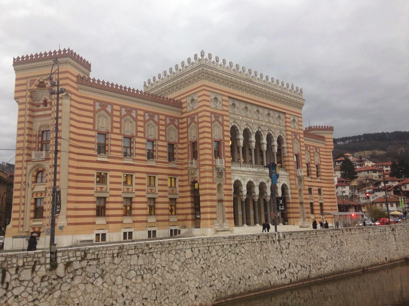 Vancaš  főműve a szarajevói Városháza épülete. Az ostrom ideje alatt könytárként működött, mikor 1992-ben leégett. A megszületéséhez kapcsolódó legendáról már meséltem korábban itt: https://muszlimutazo.blog.hu/2019/11/24/a_makacs_haz_tortenete. Mikor az épületet tervezték, egy házat (az úgynevezett Makacs Házat) a folyó túlpartjára kellett költöztetni, hogy a Városháza méltó helyet kapjon. (Fotó: Amir Telibećirović)