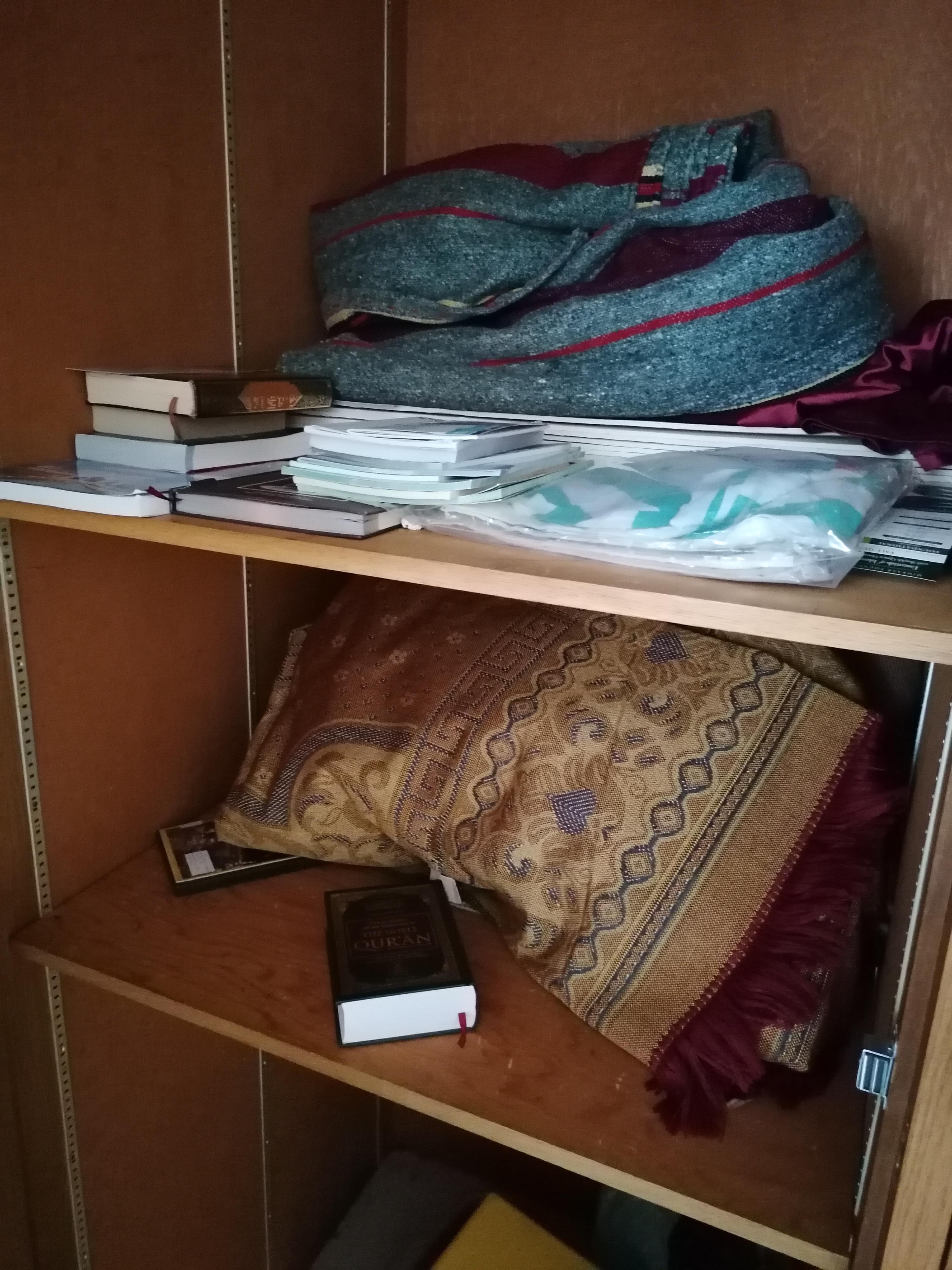 A szekrény maga pedig imaszőnyegeket, Koránt és számos okos könyvet rejt...