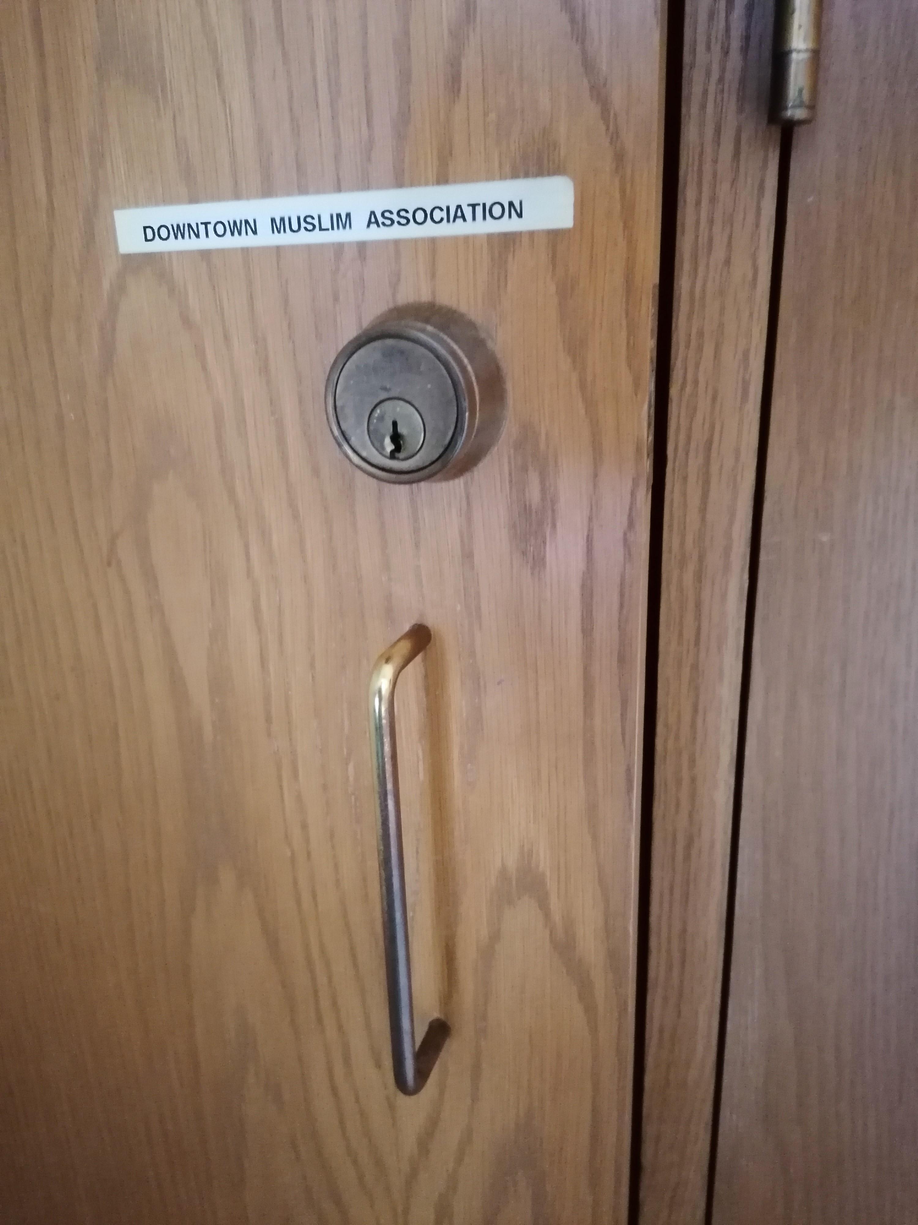 ...akiknek nevét a szekrényen olvashattuk is angolul.