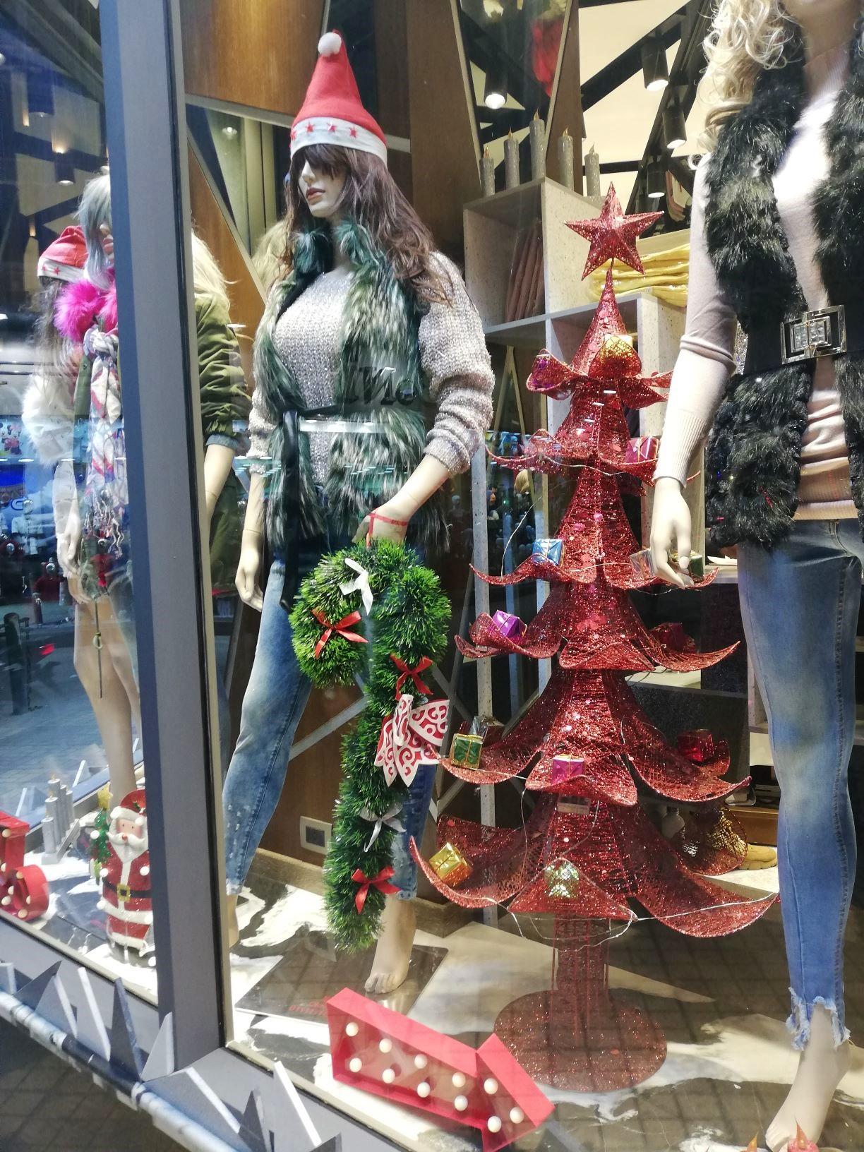 Újabb nagymellű télapósapis modellbabák sztreccsfarmerben és szőrmemellényben. Ilyen a decemberi divat Kairóban. Dekorációként pedig jól mutat az ötágú vörös csillaggal díszített piros karácsonyfa.