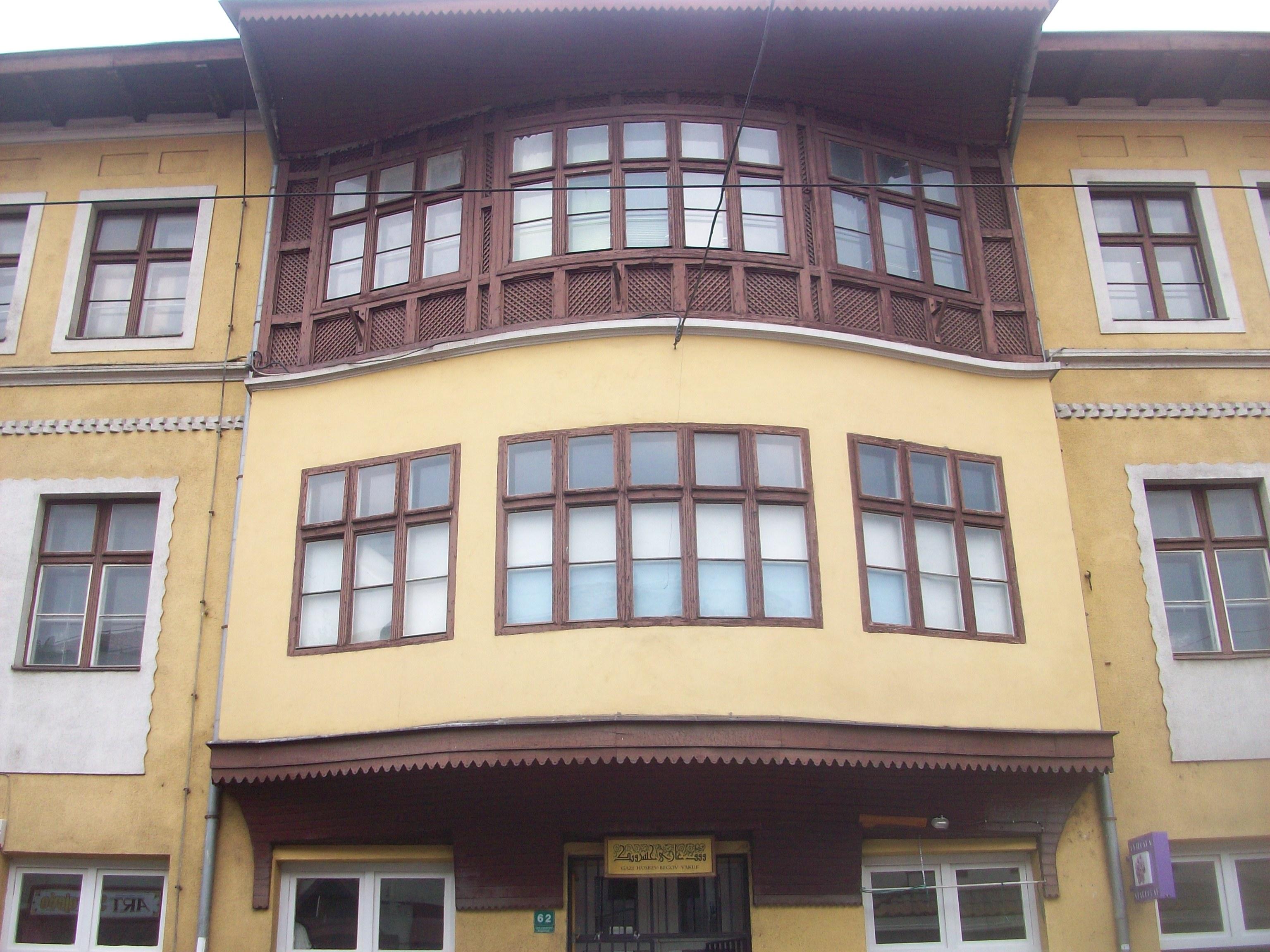 A Hotel Stari Grad (Óváros Szálló) teljes épületét az építész a helyi ottomán építészeti stílusban alkotta meg 1909-ben. A szálló a Gázi Huszrev bég vakufjának területén áll.