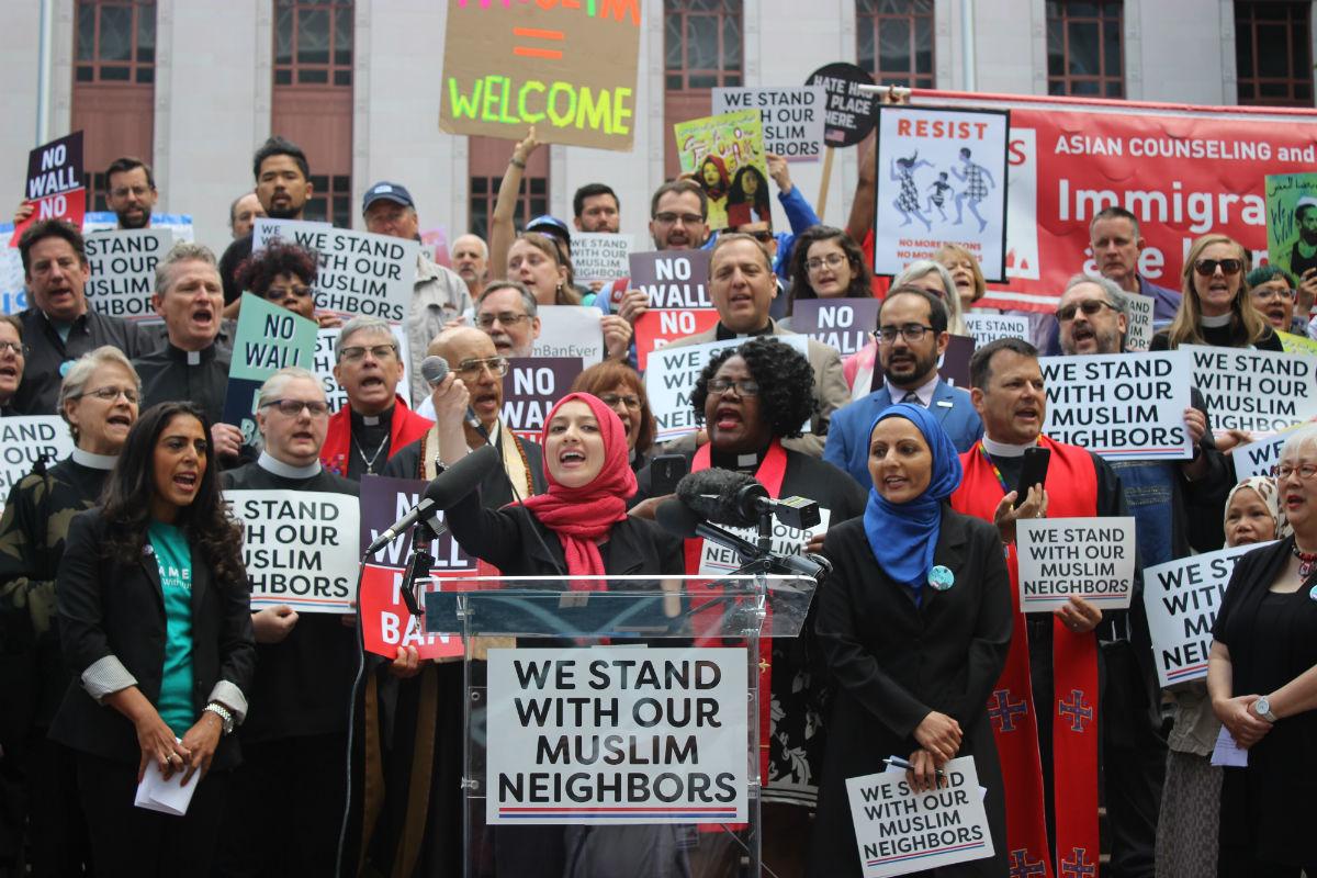 2018-ban a legfelsőbb bíróság szavazatai 5:4 arányban akadályozták meg, hogy Donald Trump amerikai elnök utazási tilalma életbe lépjen. Seattle-ben számos szervezet ment ki az utcára, hogy szolidaritását fejezze ki a muszlimokkal és bevándorlókkal...