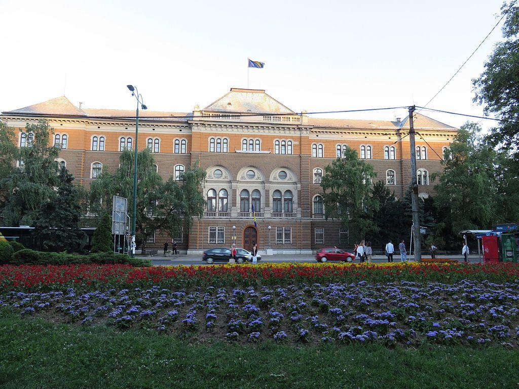 Az Elnöki Hivatal épületét Mustafa Fadilpašić rendelte meg, aki a Monarchia idején Szarajevó első polgármestere volt. Josip Vancaš 1884-86 között dolgozott rajta neoreneszánsz stílusban.