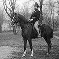 Gyula tűzmester díszben, lovon