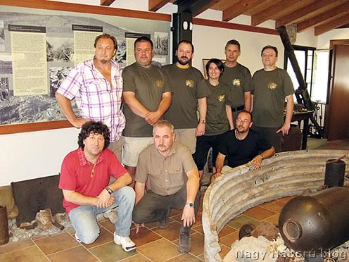 Csoportkép tablóval<br />(álló sor balról jobbra: Franco, Norbi, gépházunk, Natasa, János, Tamás; guggoló sor: Gianfranco, Józsi, István)