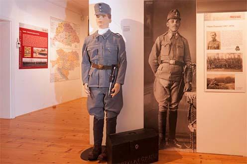 A kiállítás elsősorban fegyverekre, kitüntetésekre, katonai eszközökre épít