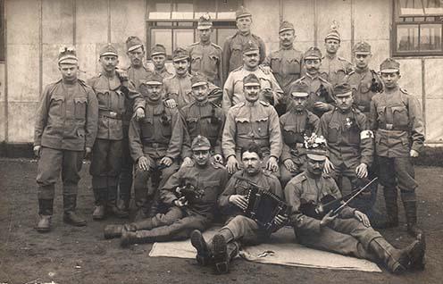 Csoportkép a fronton – fotó a kötetből