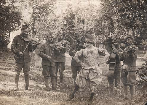 Muzsikáló banda és színészkedő katona – fotó a kötetből