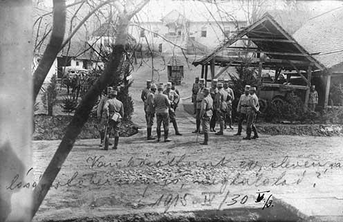 Megbeszélés a 41. honvéd gyaloghadosztály parancsnokság épülete előtt Méhesfalván 1915. április 30-án