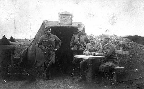 Az 1. honvéd huszárezred altisztjei Papp Lukács tiszthelyettes (x) fedezéke előtt, az orosz fronton, 1916 májusában