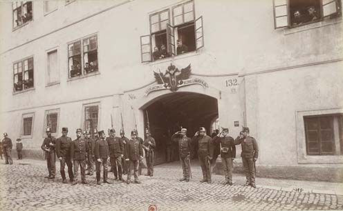 1. Egy hadkiegészítő parancsnokság kapuja