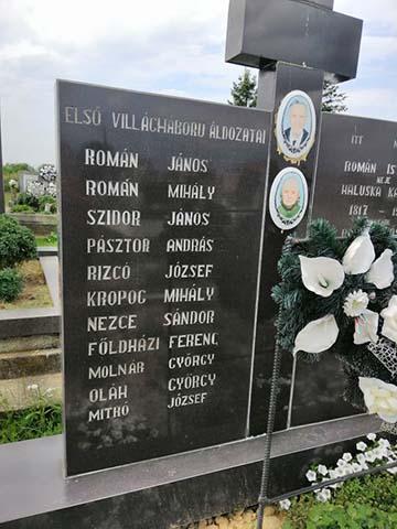 A kistéglási temetőben a Román család síremlékén az első világháború helyi hősi halottainak a nevei is feltüntetésre kerültek. A második név Román Mihályé