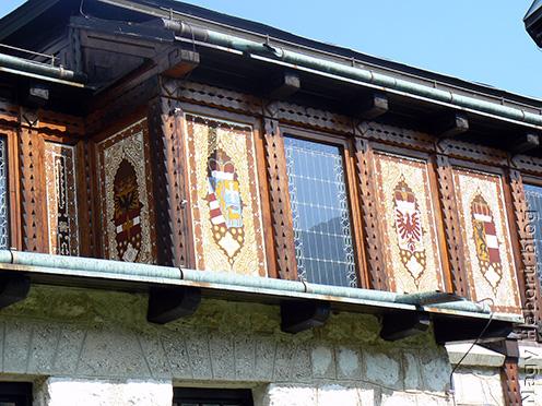 A Javorca-templom homlokzatán elhelyezett címerek