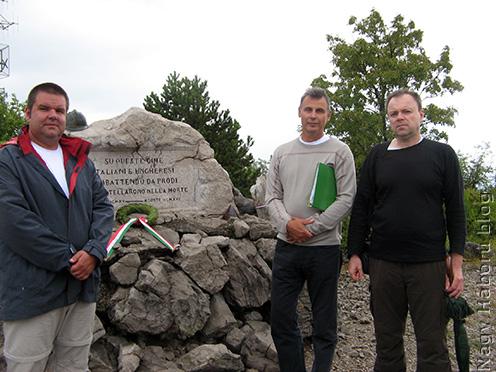 A Monte San Michele csúcsán lévő emlékműnél