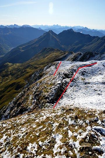 A Monte Floriz, bejelölve a két árok, amely a Plöcken-hágó felé irányul