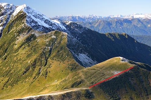 A Plumbs-gerinc mai képe, a hosszú vízszintes gerincet bejelöltem, itt állt az olasz nehéztüzérség
