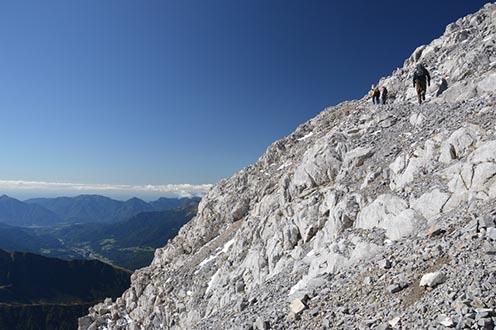 Gyalogút a Hohe Warte csúcsára, háttérben a Dolomitok